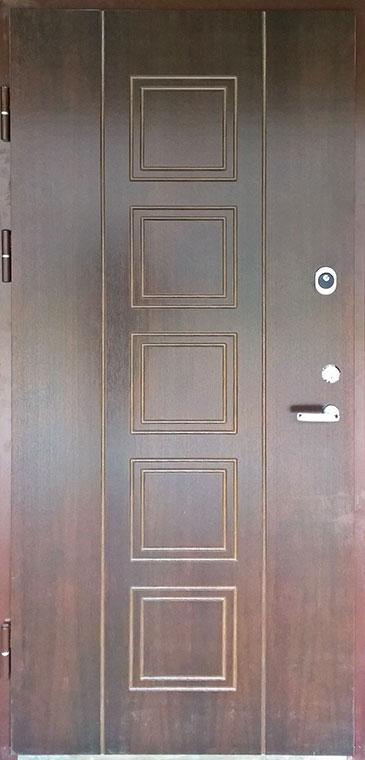 Medinės lauko durys, su spyna, tamsiai rudos spalvos, su ornamentais