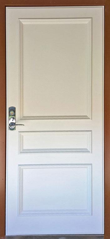 Medinės lauko durys, su spyna, rudos spalvos, ornamentais