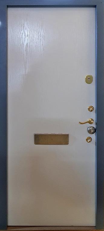 šarvuotos durys, rudos medžio spalvos, su spyna