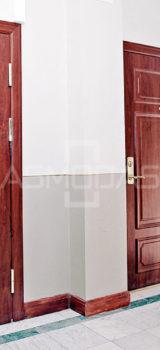 buto durys, su spyna, rudos medžio spalvos, su akute