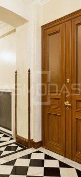 buto durys, su spyna, rudos medžio spalvos, su akute, dvigubos