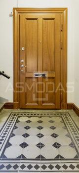 buto durys, su spyna, rudos medžio spalvos, su akute, su ornamentais, prabangios