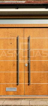 modernaus dizaino lauko durys, su langais, prabangaus dizaino, rudos medžio spalvos