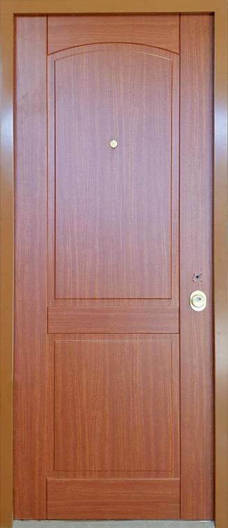 šarvuotos durys, su spyna, rudos medžio spalvos, kairinės, su ornamentais