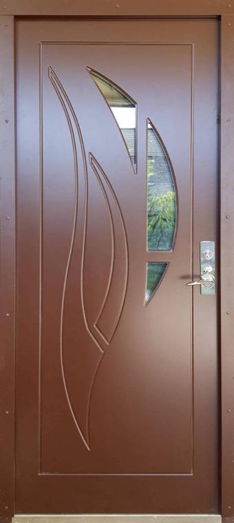 šarvuotos durys, su spyna, tamsiai rudos medžio spalvos, kairinės, su ornamentais ir langu