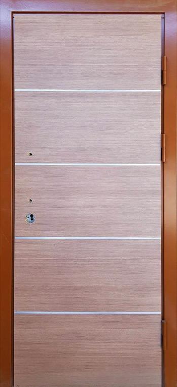 šarvuotos durys, su spyna, rudos medžio spalvos, dešininės, su ornamentais
