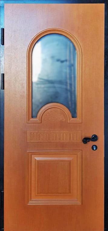 šarvuotos durys, medžio spalvos, rudos spalvos, atidarymas iš kairės, su stiklu ir ornamentais